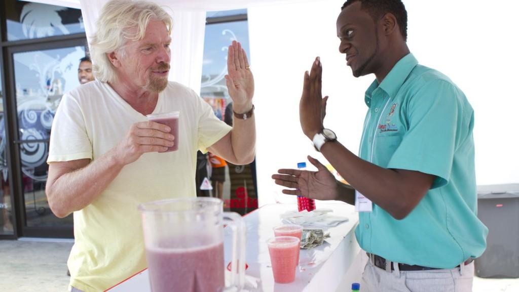 «Дай пять!» Ричард Брэнсон предлагает отказаться от рукопожатий
