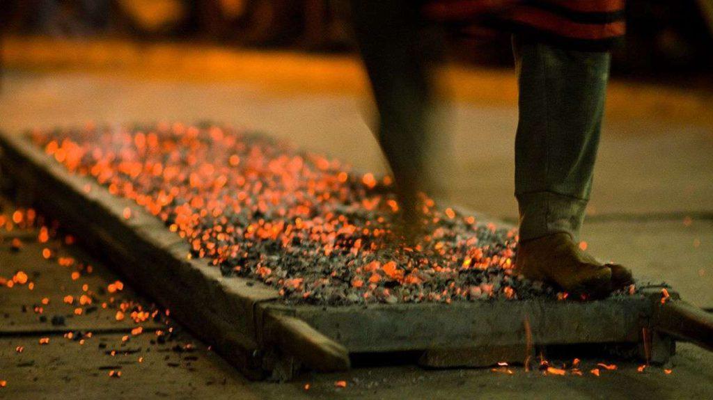 Прогулка по углям: как боль помогает сплотить коллектив