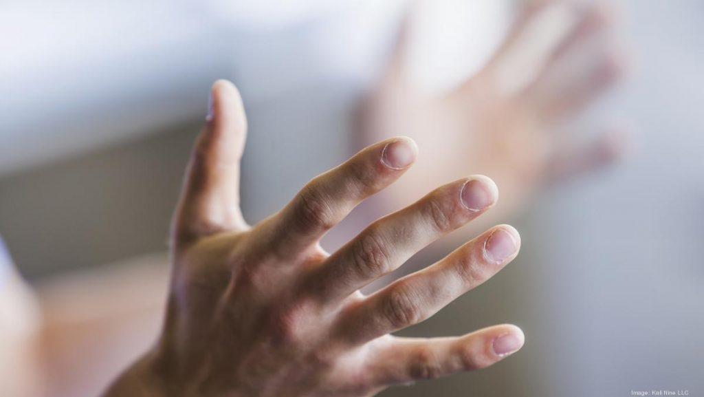 Руки говорят: как жесты меняют мысли окружающих